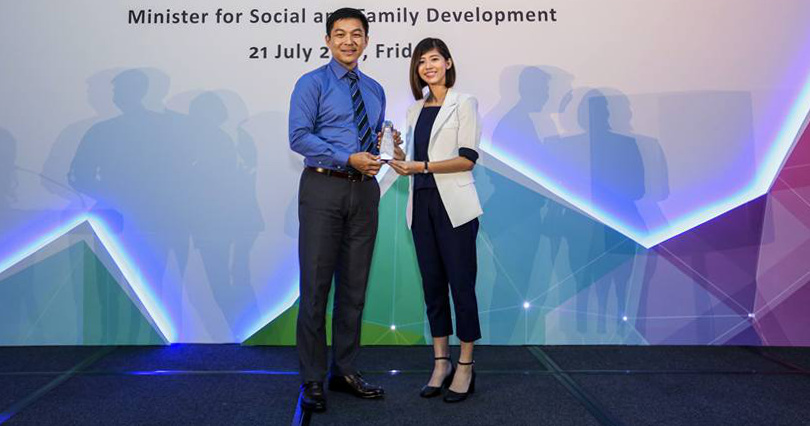 Photo of Ms Yuki Neoh receiving the Exemplary Employee Award at the 2017 Enabling Employers Award ceremony
